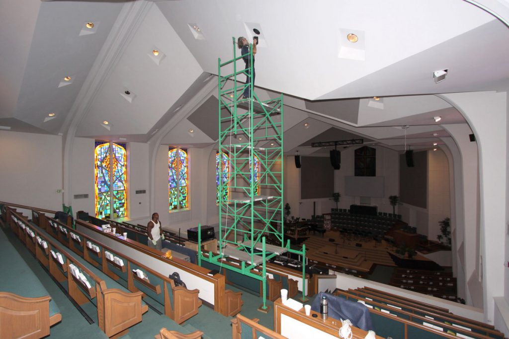 Assembling scaffolding for stepped balconies