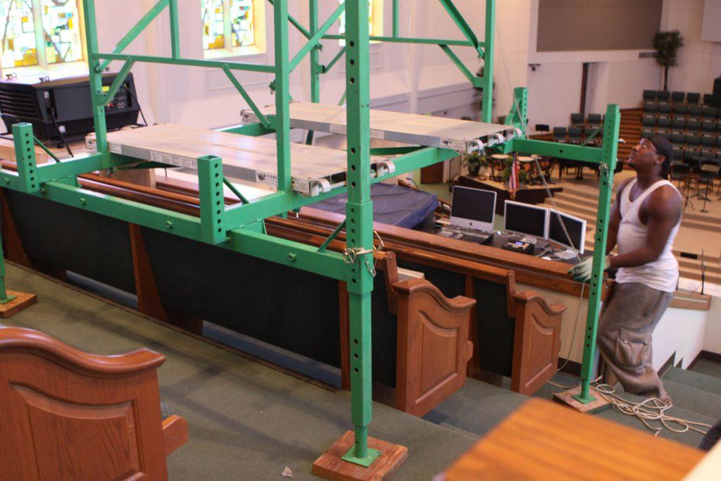 Assembling scaffolding for stepped floors