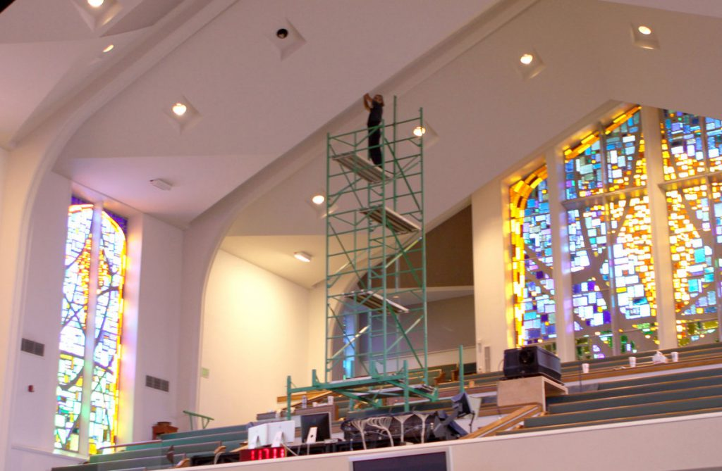 Assembling scaffolding for uneven floors