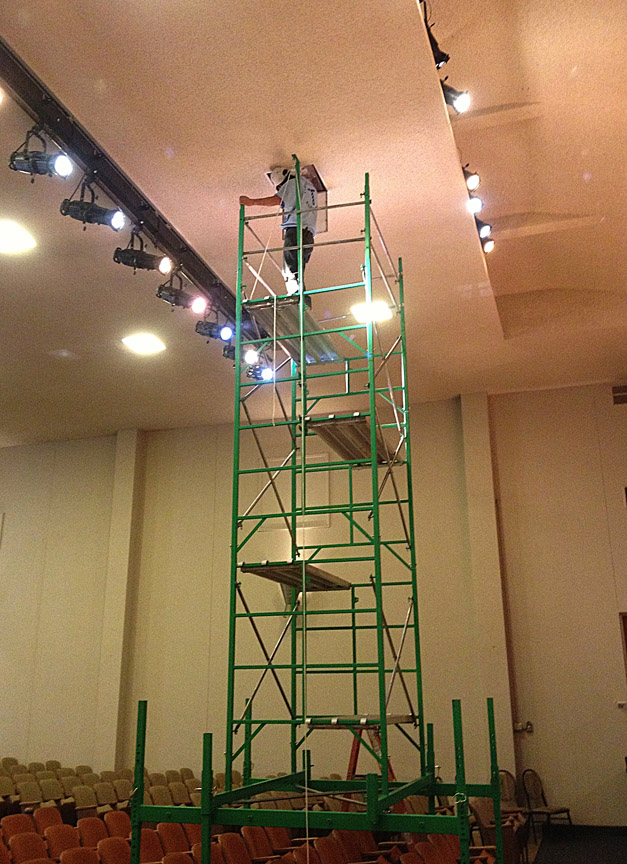 Theater scaffolding for fixing light fixtures